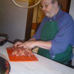 Gunnar-skär-köttet-så-att-det-lättare-går-ner-i-köttkvarn